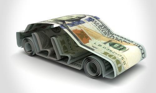 Ein Origami Auto aus einem Geldschein gefaltet.
