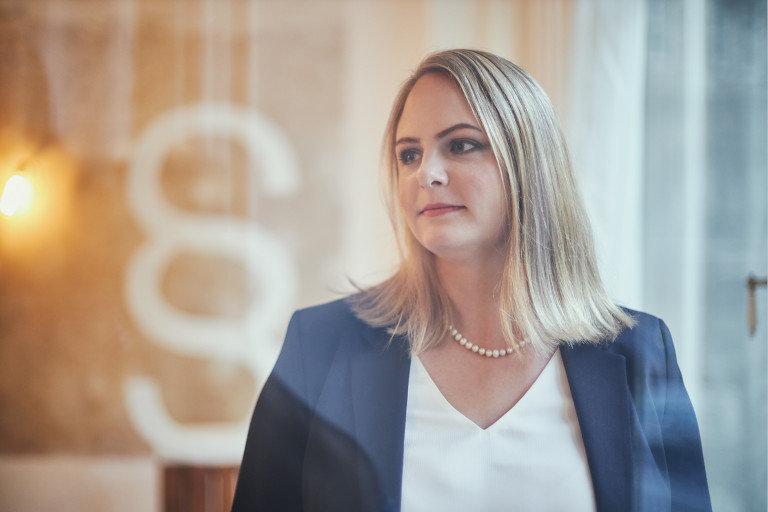Eine Portrait Fotografie von der Rechtsanwältin Christina Oberdorfer in einem Büro.