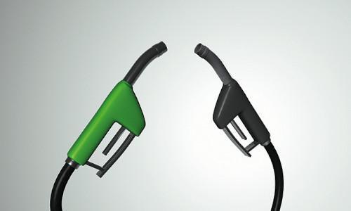 Zwei Zapfhähne für Kraftstoff. Ein Zapfhahn ist schwarz der andere ist grün.