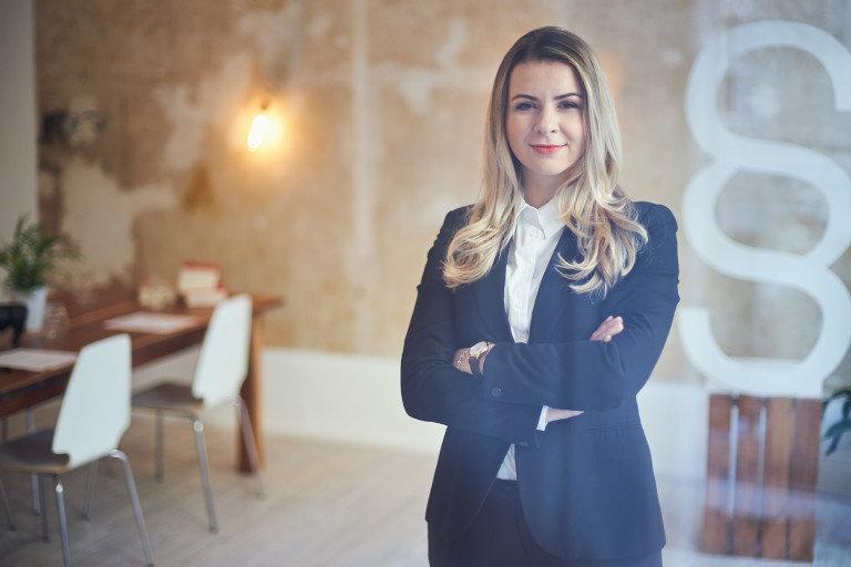 Eien Portrait Fotografie von der Rechtsanwältin Majar Reljic einem Büro.