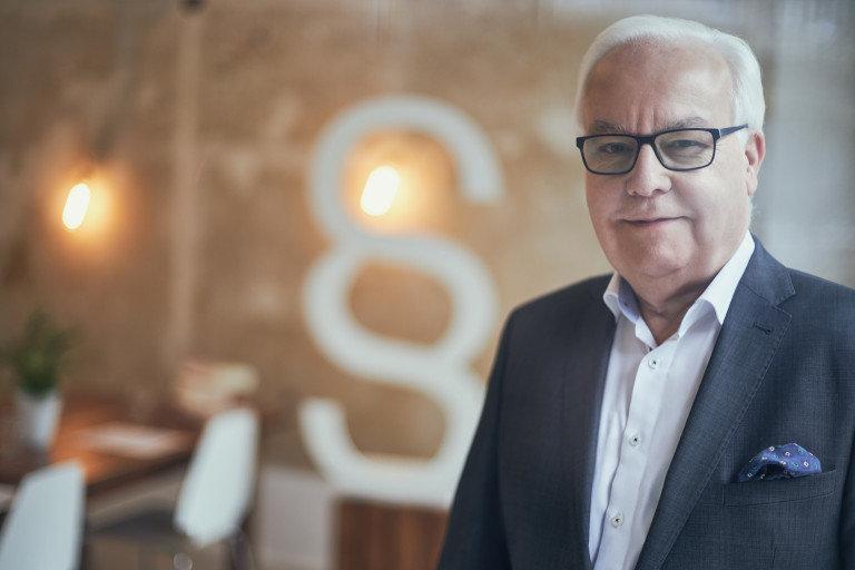 Eine Portrait Fotografie von dem Rechtsanwalt Stefan Allmendinger in einem Büro.