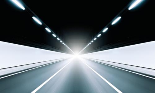 schnelle Fahrt durch einen Tunnel mit Licht am Ende