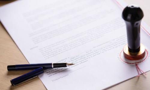Stempel auf einem Dokument und Fueller