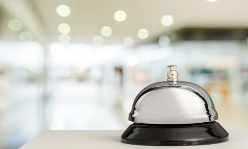 Eine graue Klingel auf einem Hoteltisch