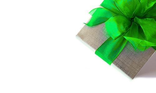 braunes Geschenk mit grüner Schleife