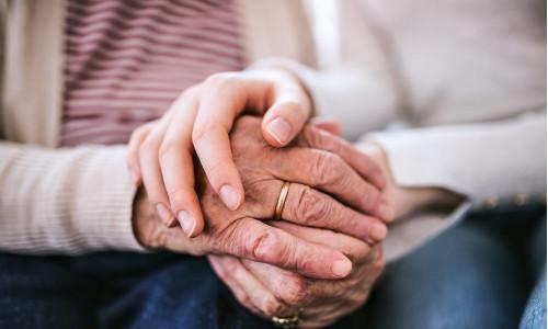 Eltern halten die Hände von ihrem Kind